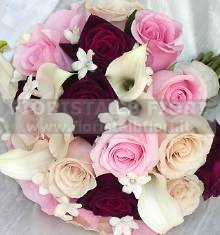 Bouquet con rose rosse in sfumatura e calla